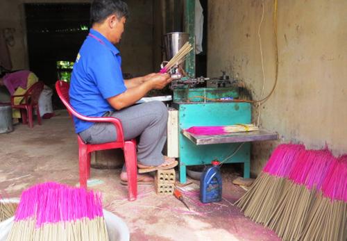 Cơ sở của ông Ngụy Sử ở thôn Phú Lộc, xã Đại An làm hương bán trong dịp tết.  Ảnh: N.D