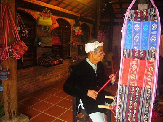 Giới thiệu nghề và sản phẩm dệt vải Chăm (Ninh Thuận) tại Làng lụa Hội An.