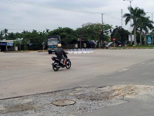 """Một """"ổ gà"""" khá lớn ở ngã tư Hùng Vương - Thanh Hóa (TP.Tam Kỳ) tiềm ẩn tai nạn giao thông.Ảnh: HOÀNG BIN"""