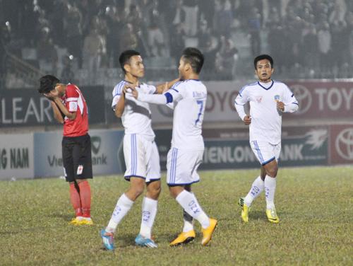 Niềm vui của các cầu thủ QNK Quảng Nam sau bàn gỡ hòa 2-2 ở phút bù giờ.