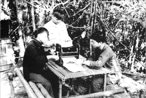 In tài liệu phục vụ tuyên truyền ở vùng giải phóng năm 1966 (ảnh tư liệu).