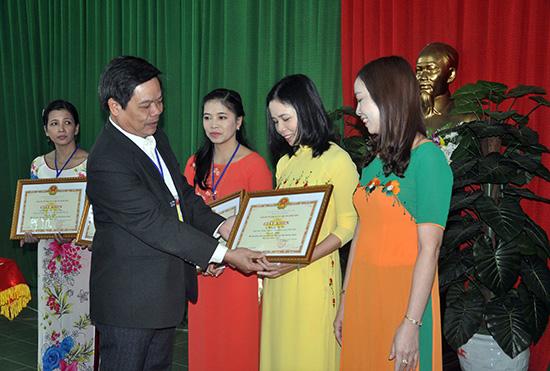 Phó Giám đốc Sở GD-ĐT Lê Văn Chính trao giải cho các cô giáo giành giải nhất