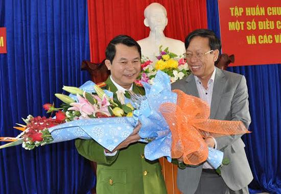 Chủ tịch UBND tỉnh Lê Phước Thanh tặng hoa chúc mừng lãnh đạo PC45 sáng 23.1.