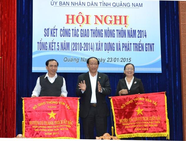 Trao cờ thi đua xuất sắc cho huyện Đại Lộc và huyện Thăng Bình.