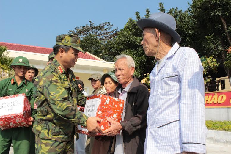 Trung tướng Lê Chiêm, Ủy viên Trung ương Đảng, Tư lệnh Quân khu 5 tặng quà Tết cho nhân dân trên đảo Cù Lao Chàm.