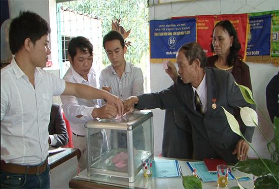 Bầu cử ở đại hội Chi bộ khối phố An Hà Nam, phường An Phú, TP.Tam Kỳ. Ảnh: THANH XUÂN