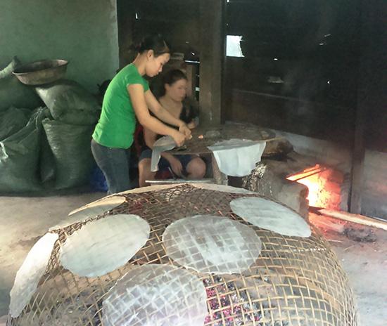 Ở một cơ sở sản xuất bánh tráng tại xã Quế Trung (Nông Sơn). Ảnh: TÂM LÊ