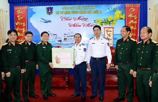 Thượng tướng tặng quà cho cán bộ chiến sĩ Bộ Tư lệnh Vùng CSB2.