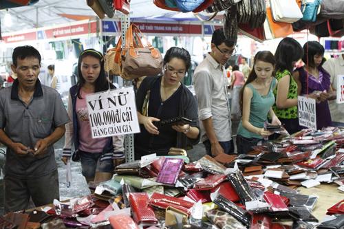 Hội chợ khuyến mại Xuân Quảng Nam 2015 là cơ hội quảng bá, kích cầu tiêu dùng cuối năm. TRONG ẢNH: Hội chợ khuyến mại xuân 2014.Ảnh: C.T.A