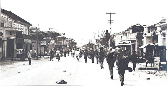 Bộ đội tiến vào giải phóng Tam Kỳ ngày 24.3 (ảnh tư liệu).