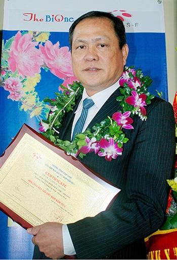 """Thạc sĩ Nguyễn Đình Tiến với bảng vàng danh dự tại Lễ vinh danh """"Nhà lãnh đạo giỏi Việt Nam năm 2014"""" (ảnh do nhân vật cung cấp)."""