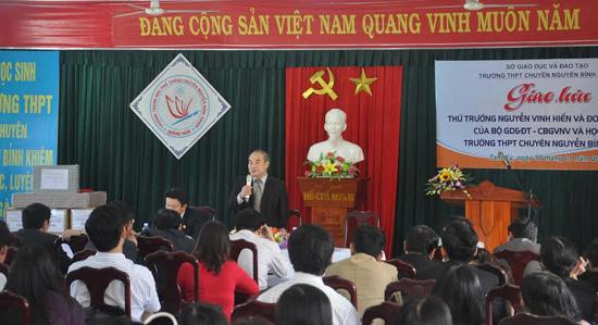 Thứ trưởng Bộ GD-ĐT Nguyễn Vinh Hiển giao lưu với Trường THPT chuyên Nguyễn Bỉnh Khiêm.