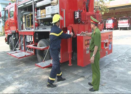 Thượng tá Trần Công Tiết hướng dẫn chiến sĩ sử dụng các thiết bị chữa cháy hiện đại. Ảnh: X.MAI