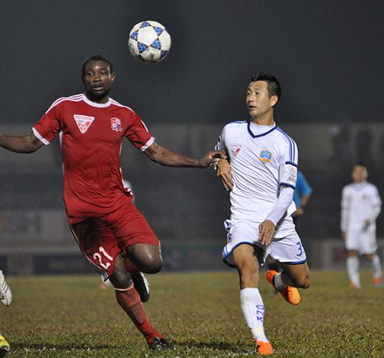 Trung vệ Ngọc Nguyên (bên phải) bị thẻ đỏ cuối hiệp 1 khiến cho QNK Quảng Nam bị sụp đổ trong hiệp 2
