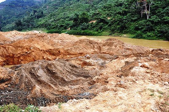 Trước tết, nạn xâm hại tài nguyên khoáng sản tái diễn rầm rộ.