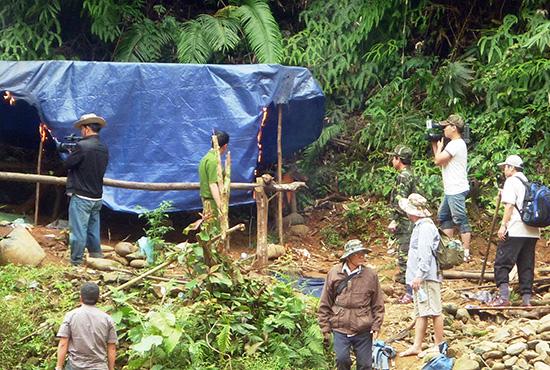 Lực lượng chức năng phá hủy lán trại lập trái phép trong Khu bảo tồn thiên nhiên Sông Thanh, địa phận Nam Giang. Ảnh:  TRẦN HỮU