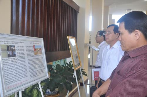 """Ban Tuyên giáo Tỉnh ủy tổ chức triển lãm các gương điển hình về """"Học tập và làm theo gương tấm gương đạo đức Hồ Chí Minh"""" vào tháng 5.2014. Ảnh: HÀN GIANG"""
