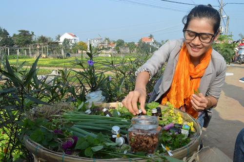 Nguyễn Ngọc Anh giới thiệu sản phẩm tinh dầu tại Ngày hội làng rau Trà Quế.                Ảnh: vĩnh lộc