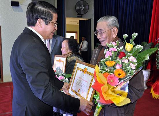Bí thư Nguyễn Đức Hải trao Huy hiệu 65 năm tuổi Đảng cho đảng viên Lê Tú