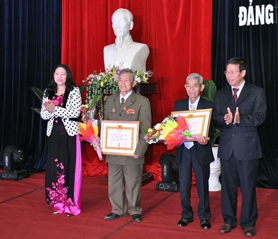 Lãnh đạo tỉnh và Thành ủy Tam Kỳ trao Huy hiệu 60 năm tuổi Đảng cho đảng viên.