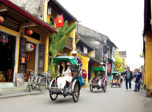 Khách du lịch tham quan phố cổ Hội An. Ảnh: NGUYỄN TUẤN