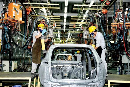 Khu kinh tế mở Chu Lai cần có thêm các ngành công nghiệp phụ trợ và công nghiệp điện tử.  Trong ảnh: Công nhân làm việc tại xưởng sản xuất và lắp ráp ô tô của Công ty CP Ô tô Chu Lai - Trường Hải. Ảnh: MINH HẢI