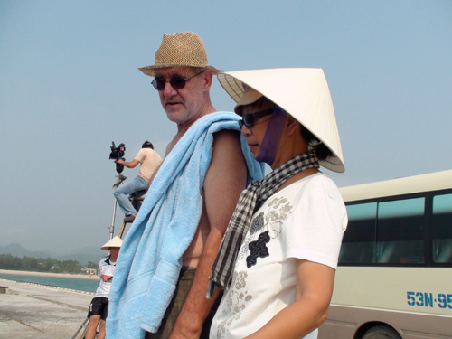 Jean - Luc Mello và Síu Phạm tại phim trường.Ảnh: SONG ANH