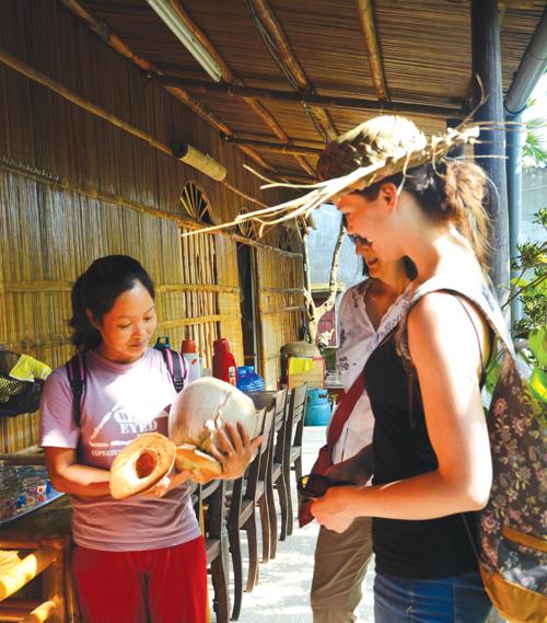 Hướng dẫn viên giới thiệu các sản phẩm ở rừng dừa Cẩm Thanh (Hội An).
