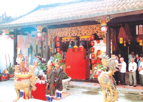 Lễ tế xuân ở Tụy Tiên đường Minh Hương.                    Ảnh: QUANG VIỆT