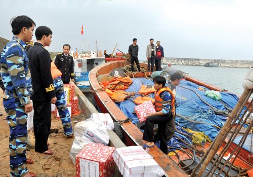 Trung chuyển quà tết từ tàu Hải quân sang tàu đánh cá, cập đảo Cồn Cỏ.Ảnh: MINH ĐỨC