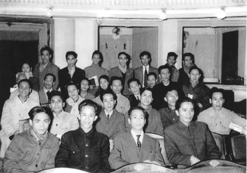 Nhà thơ Nhật Tỉnh, người thứ hai từ trái sáng (áo đen) tại Đại hội thành lập Hội Nhà văn Việt Nam, tháng 4.1957.