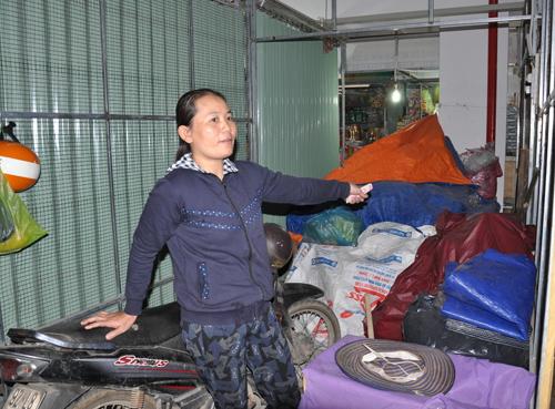 Do không bán được hàng nông cụ, bà Lê Thị Liêm thuê lô 261 chỉ để xe máy. Ảnh: T.T