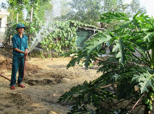 Chiến sĩ dân quân thường trực xã Duy Hải chăm sóc vườn rau quả. Ảnh: H.N
