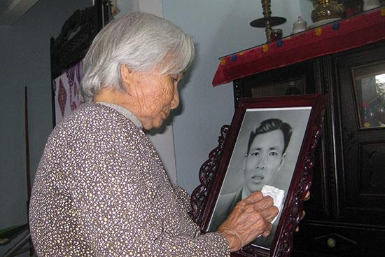 Bà Nguyễn Thị Toan và di ảnh của người bạn đời Lê Ưng. Ảnh: Thanh Tường