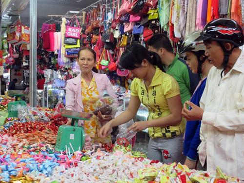 Bánh kẹo không rõ nguồn gốc bày bán tại chợ Vĩnh Điện. Ảnh: L.H