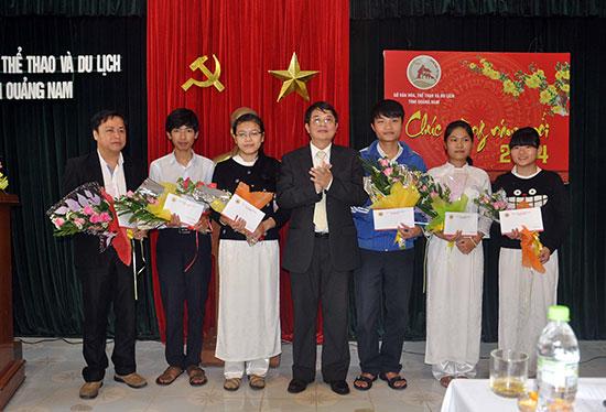 Ủy viên Trung ương Đảng, Bí thư Tỉnh ủy Nguyễn Đức Hải tặng hoa chúc mừng các học sinh đoạt giải học sinh giỏi năm học 2013 – 2014. Ảnh: X.PHÚ