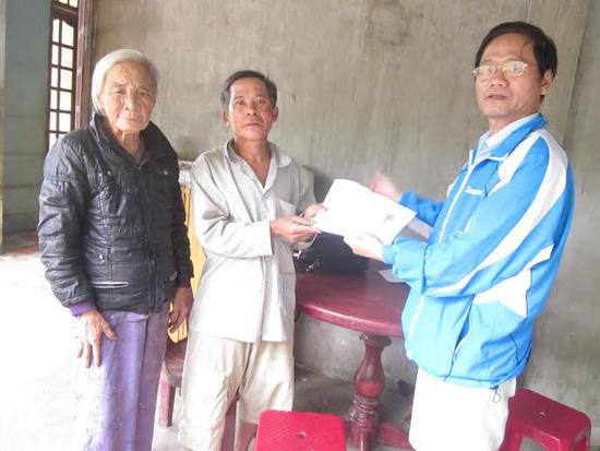 Anh Nguyễn Văn Thân (bác ruột của cháu Thảo Vy và Bích Ngọc) đại diện gia đình nhận quà. Ảnh: M.HUẤN.