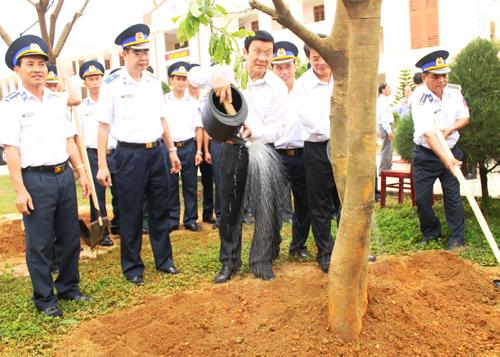 Chủ tịch nước Trương Tấn Sang thăm, trồng cây lưu niệm tại khuôn viên Bộ Tư lệnh Vùng CSB 2.