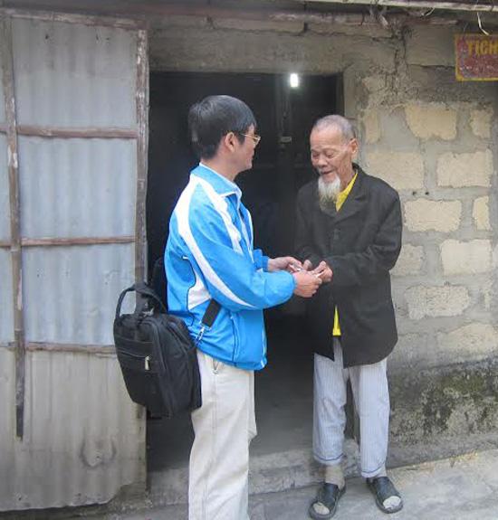 Tặng quà cụ ông Nguyễn Thí (95 tuổi; tổ 7, thôn Bình Hiệp, xã Bình Phục, huyện Thăng Bình).