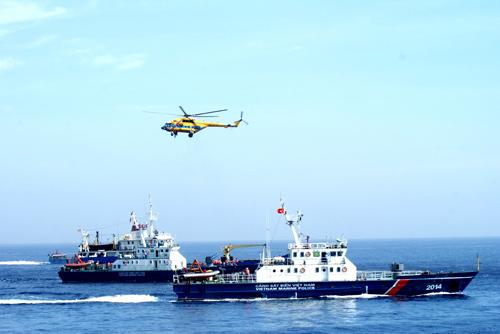 Các tàu CSB tham gia diễn tập tìm kiếm cứu nạn, cứu hộ.  Ảnh: XUÂN NGHĨA