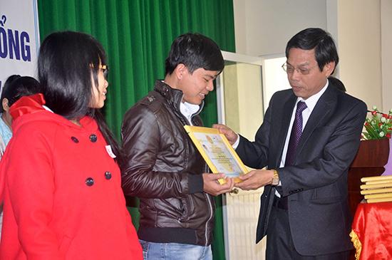 Phó Chủ tịch UBND tỉnh Nguyễn Chín trao học bổng Đất Quảng cho sinh viên.