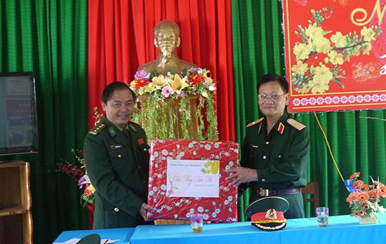 Thiếu tướng Nguyễn Quy Nhơn, Phó Tư lệnh Quân khu 5 thăm, tặng quà đồn biên phòng A-Xan (Tây Giang)