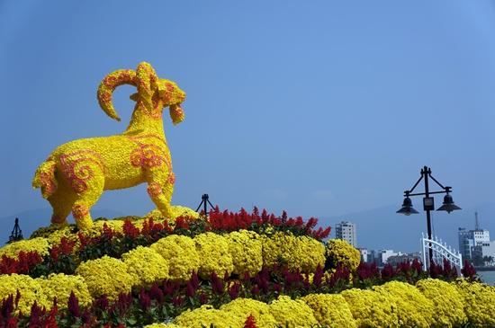 Biểu tượng linh vật dê vàng hướng ra biển