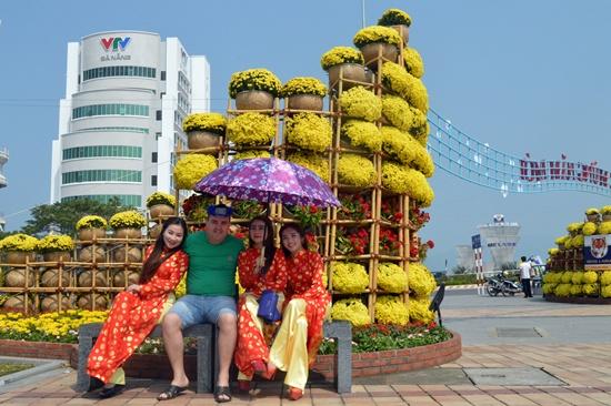 Du khách nước ngoài thích thú với không khi xuần trên đường hoa