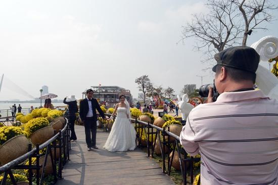 Nhiều cặp đôi cũng cố gắng ghi lại khoảnh khắc ngày trọng đại của mình tại con đường hoa xuân