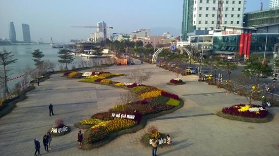 Hoa được sắp đặt thành bản đồ Việt Nam trên con đường hoa phía đông bờ sông Hàn