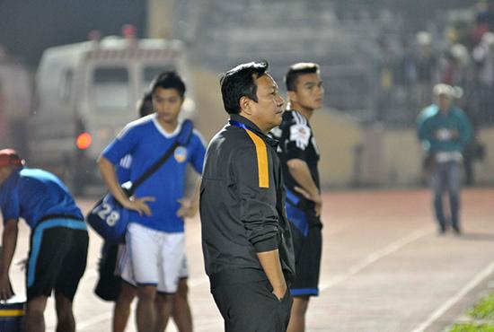 Nỗ lực của Hà Minh Tuấn trong vòng vây của các cầu thủ Sông Lam Nghệ An không đủ giúp QNK Quảng Nam có điểm