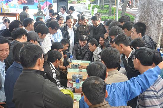 Đông đảo người dân xem thi đấu cờ tướng