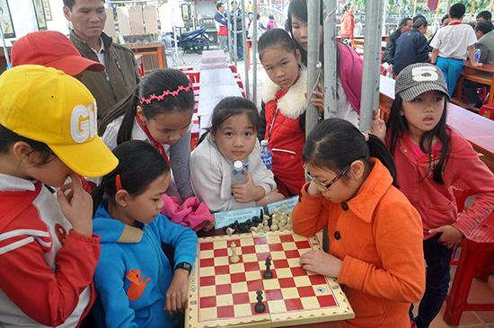 Các em học sinh tham gia nội dung cờ vua.