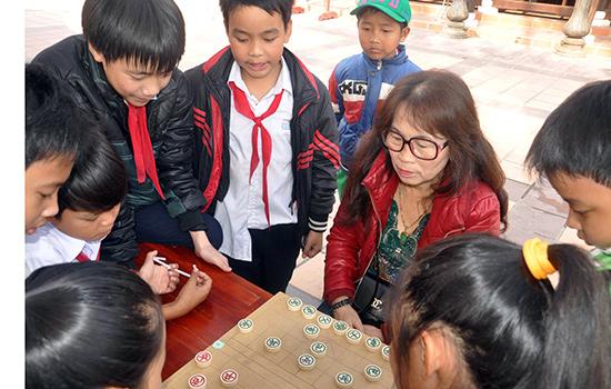 Nhiều học trò thử sức cờ tướng với kỳ thủ Lê Thị Giỏi.